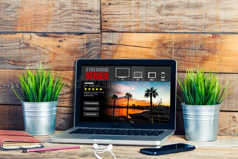 Couler la série APP dans un ordinateur portable Série télévisée de observation photographie stock libre de droits
