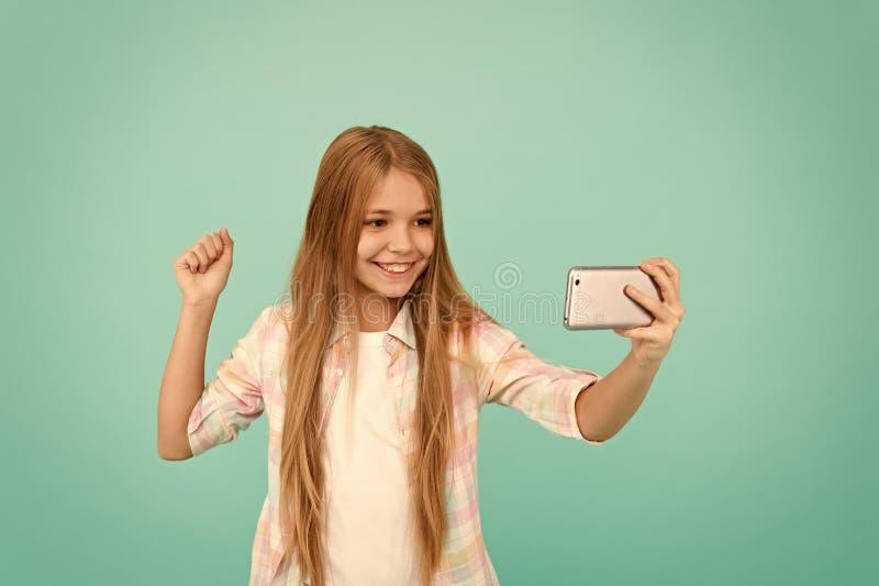 Couler visuel Enfant adorable apprenant la nouvelle technologie Petite fille ? l'aide du t?l?phone portable Petit enfant de fille image stock