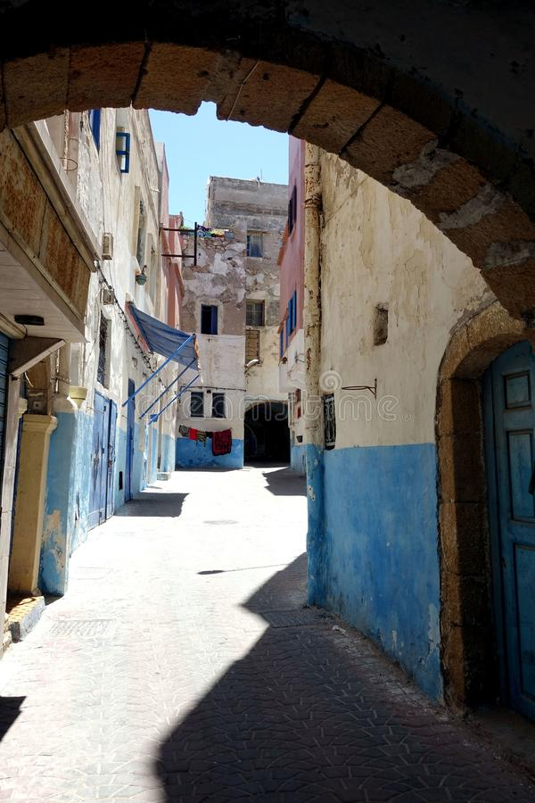 Couleur bleue sur les rues du Maroc, Afrique images stock