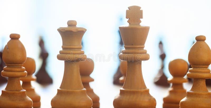 Couleur brun clair de pièces d'échecs Fermez-vous vers le haut de la vue avec des détails, fond brouillé photos libres de droits