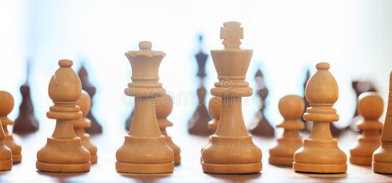 Couleur brun clair de pièces d'échecs Fermez-vous vers le haut de la vue avec des détails, fond brouillé image libre de droits
