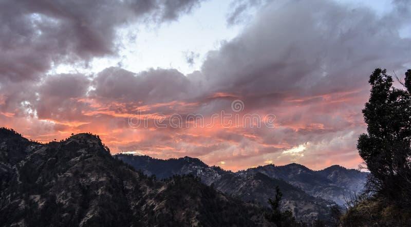 Couleur changeante du ciel au crépuscule photo libre de droits