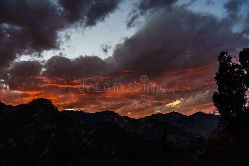 Couleur changeante du ciel au crépuscule photos libres de droits