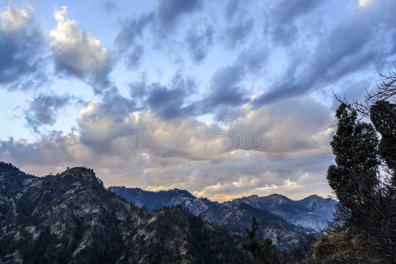 Couleur changeante du ciel au crépuscule photographie stock libre de droits