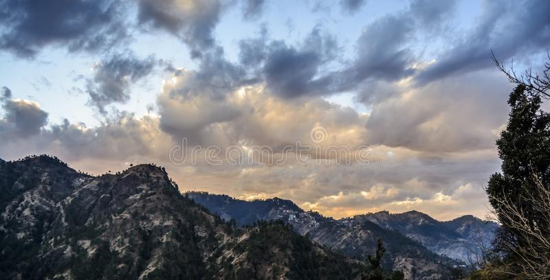 Couleur changeante du ciel au crépuscule images stock