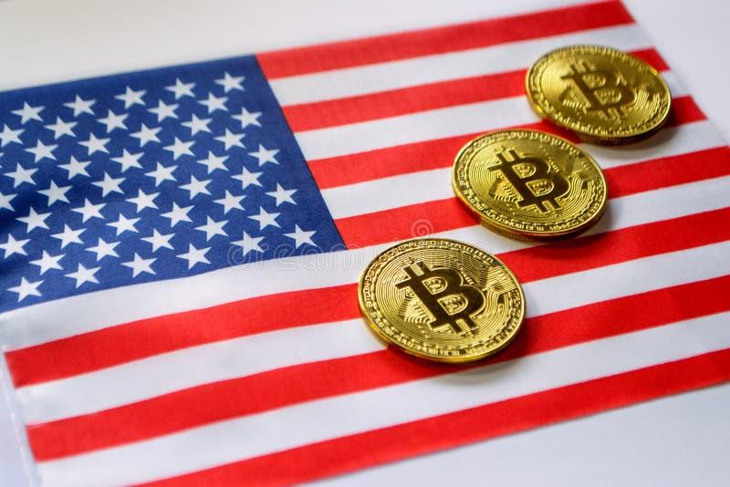 Couleur d'or de Bitcoin sur le drapeau des Etats-Unis images libres de droits