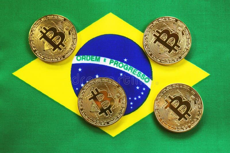 Couleur d'or de Bitcoin sur le drapeau du Brésil image stock