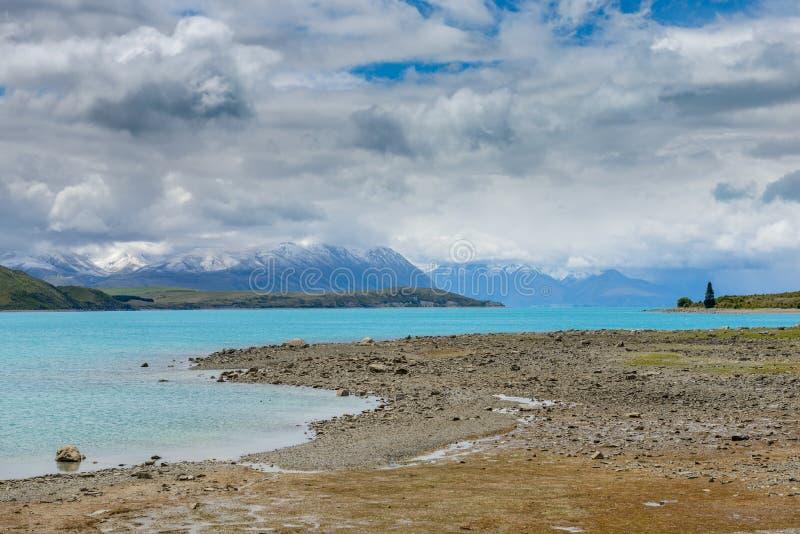 Couleur d'eau et paysage impressionnants de montagne au lac Tekapo image stock