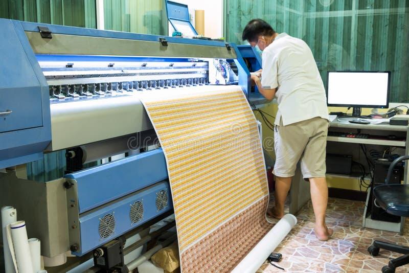 Couleur d'encre de recharge de technicien d'imprimante à jet d'encre pendant l'impression du Ca images libres de droits