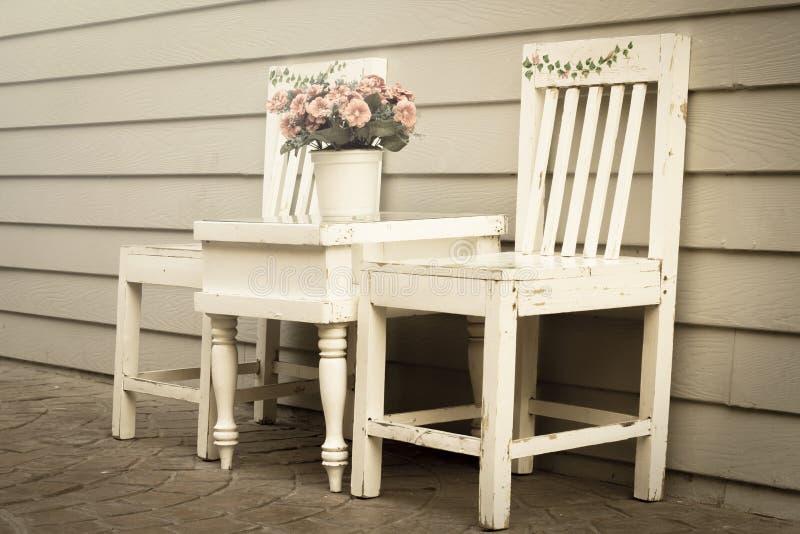 Couleur de style de vintage de chaise et de table avec le vase à fleurs. images stock