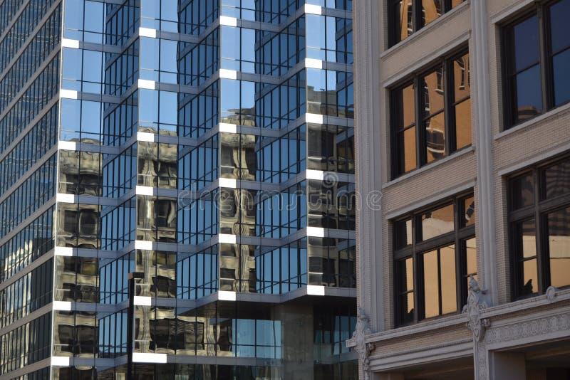 Couleur en verre de bâtiments image stock