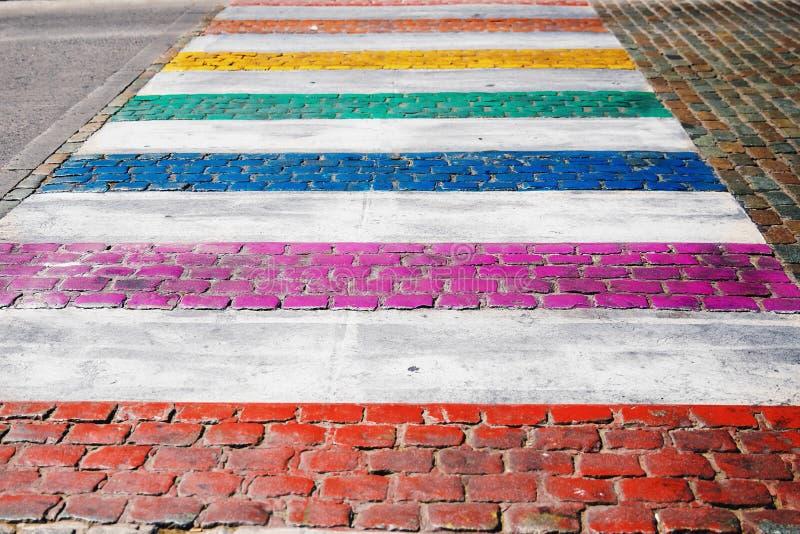 Couleur gaie de drapeau de LGBT peinte sur la route de passage pour piétons en Europe, Belgique photo stock