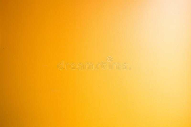 Couleur jaune de fond abstrait orange d'or, projecteur faisant le coin l?ger, fond orange faible de cru color? photo libre de droits