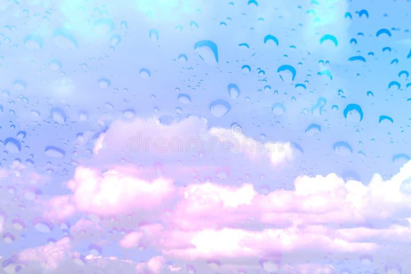 Couleur magique d'imagination de ciel bleu de nuage avec la goutte de pluie de recouvrement photo stock