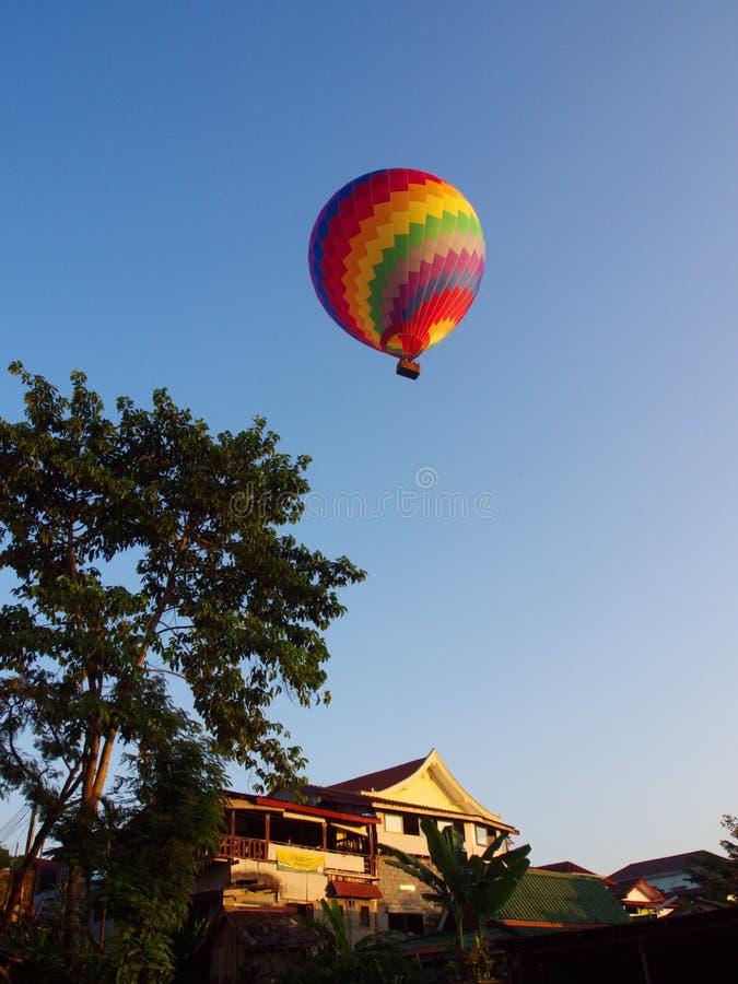Couleur multi et ballon coloré avec un ciel bleu, voyage dans photos libres de droits