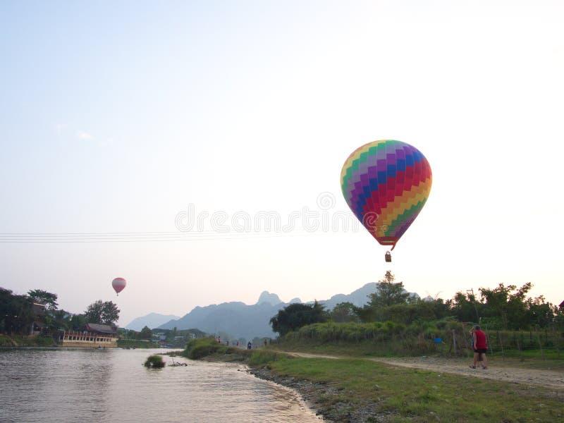 Couleur multi et ballon coloré avec un ciel bleu, voyage dans photo libre de droits