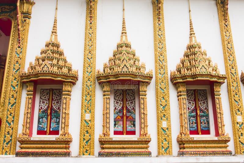 Couleur thaïlandaise d'or de fenêtre de temple photos stock