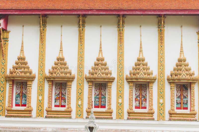 Couleur thaïlandaise d'or de fenêtres de temple de style images stock