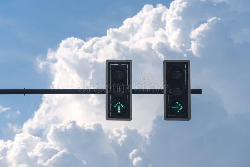 Couleur verte sur le feu de signalisation avec le fond de ciel bleu photo libre de droits