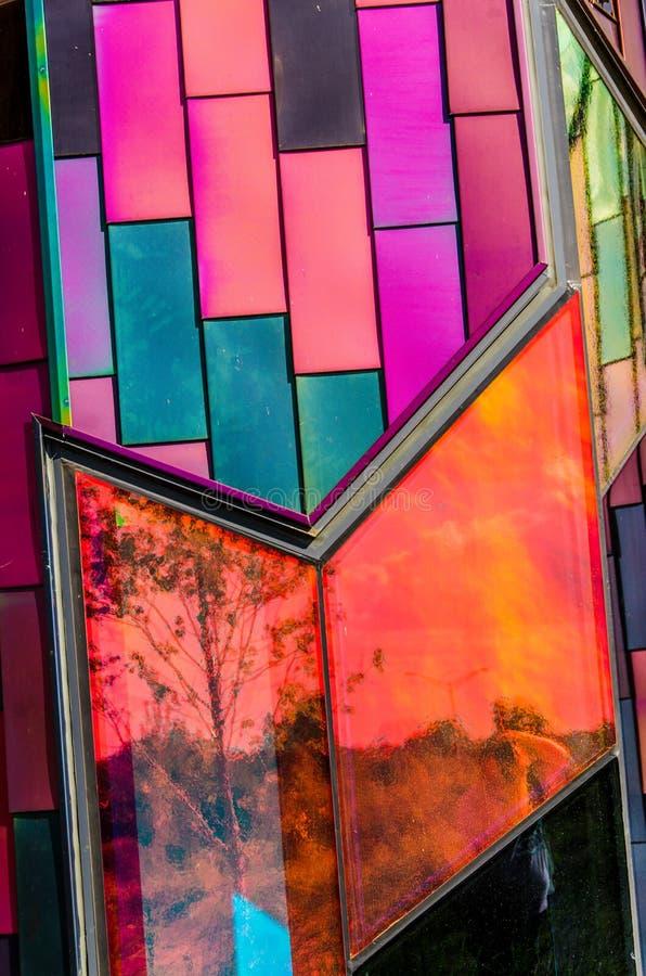 Couleurs brillantes d'art abstrait dans des vitraux au sapin de prairie photographie stock libre de droits
