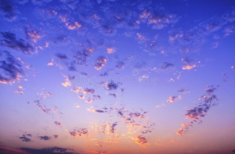 Couleurs crépusculaires de coucher du soleil de ciel de nuage photo libre de droits