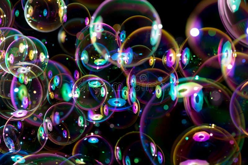 Couleurs d'arc-en-ciel des bulles de savon de vol images libres de droits
