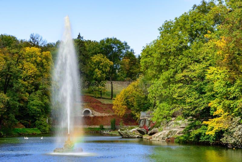 Couleurs d'automne en parc national de Dendrology de Sofiyivka, Foun images libres de droits