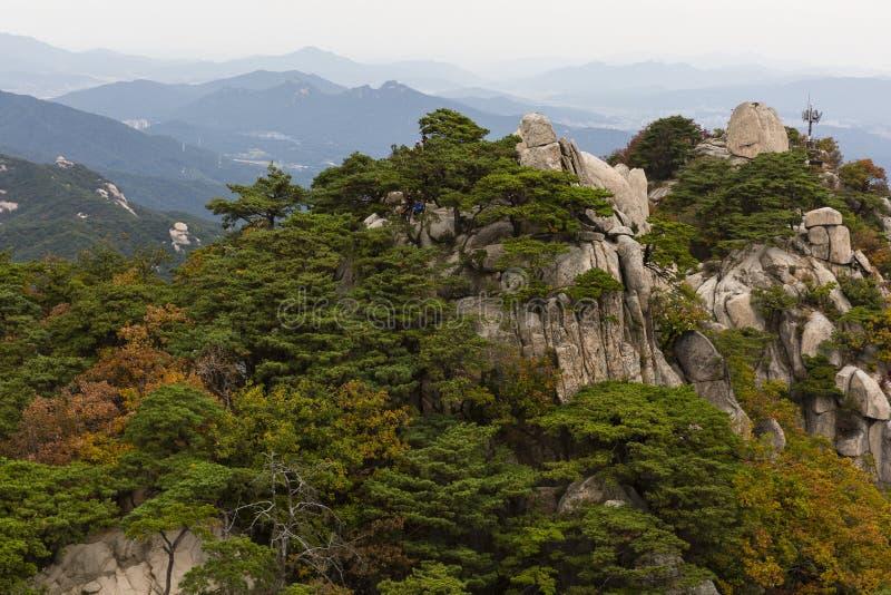Couleurs d'automne sur les crêtes de Dobongsan photo stock