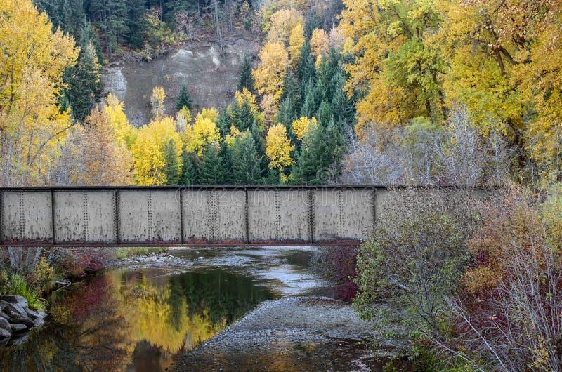 Couleurs de chute, réflexions et un pont en chemin de fer photographie stock