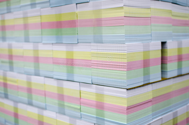 Couleurs de CMYK sur les feuilles imprimées photographie stock