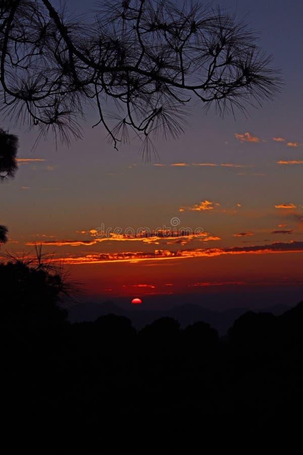 Couleurs de coucher du soleil dans l'Inde à distance de l'Himalaya images libres de droits