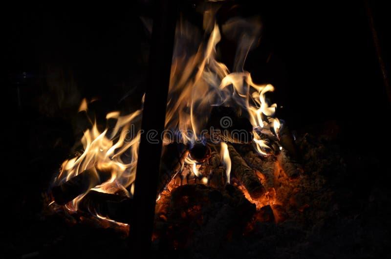 Couleurs de feu de camp la nuit images libres de droits