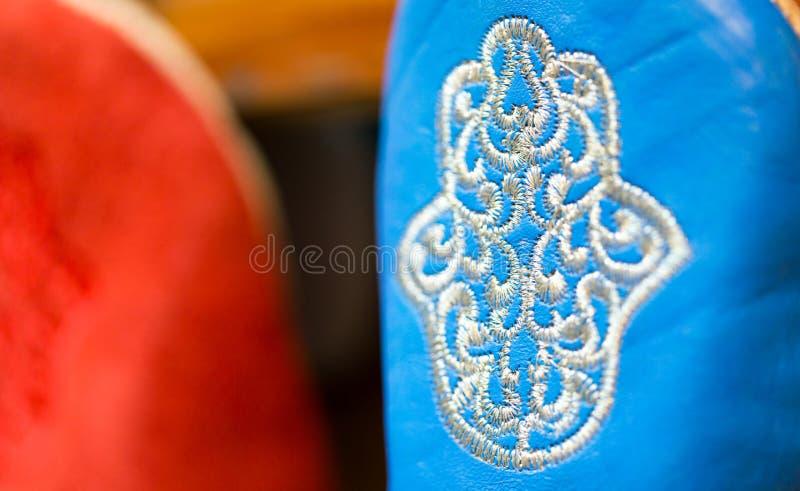 Couleurs de Marrakech sur les pantoufles faites main sophistiquées chez la Médina image libre de droits