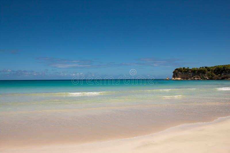 Couleurs des Caraïbes : plage publique, mer bleue intense et ciel : paradis tropical images libres de droits