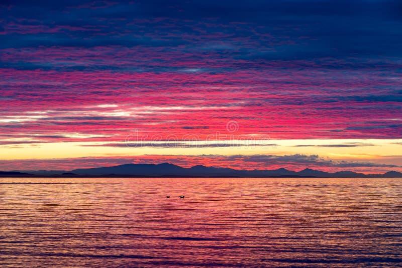 Couleurs dramatiques de coucher du soleil au-dessus de la baie Etats-Unis de bouleau photographie stock libre de droits