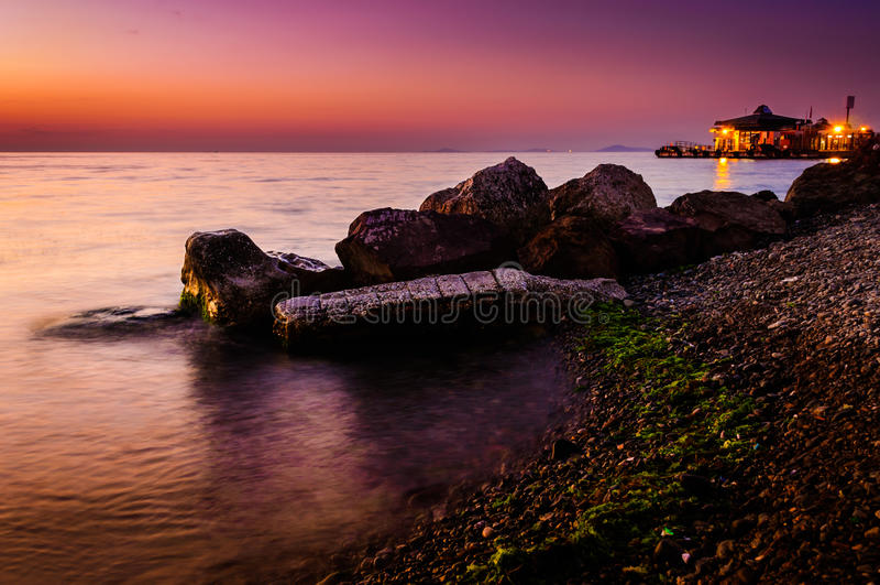 Couleurs du coucher du soleil Shoreline images libres de droits