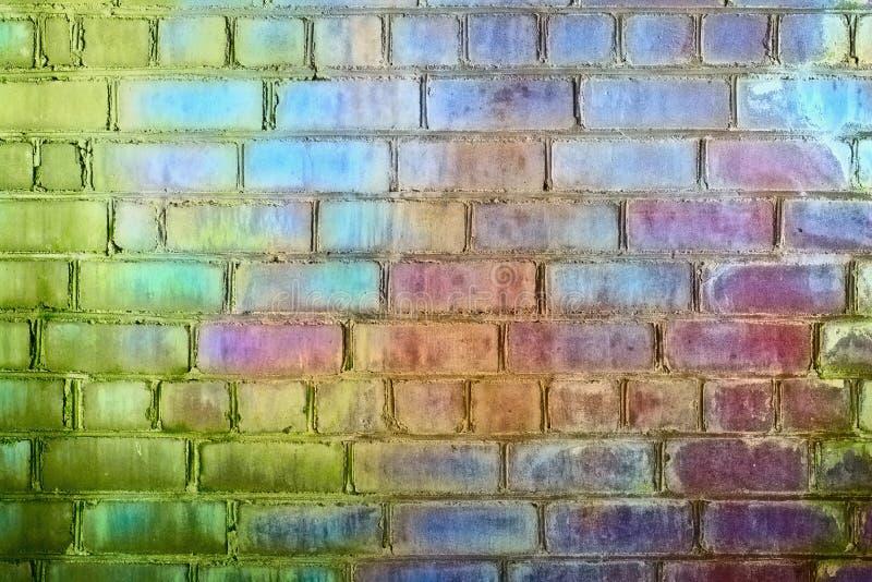 Couleurs iridescentes de mur de briques rugueux d'arc-en-ciel image libre de droits