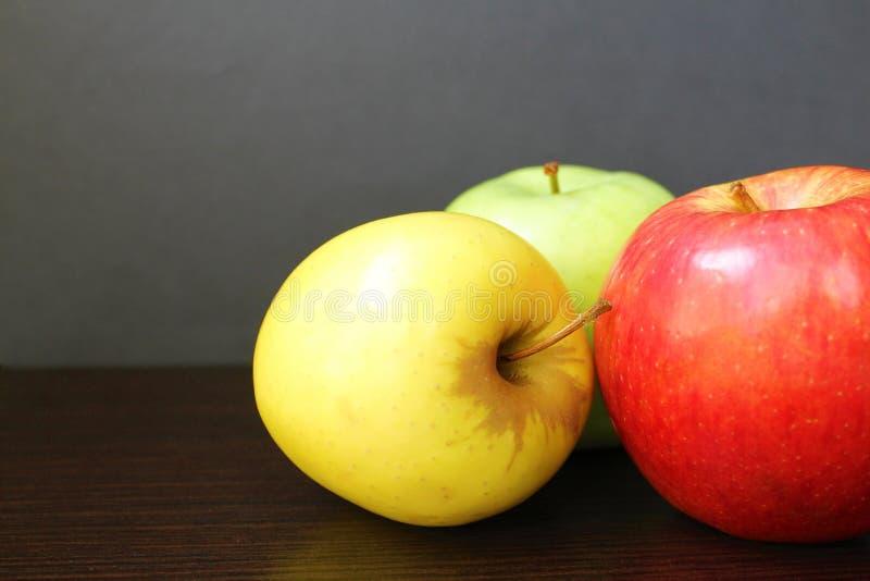 Couleurs juteuses fraîches de pommes trois de goût et de variété photo libre de droits