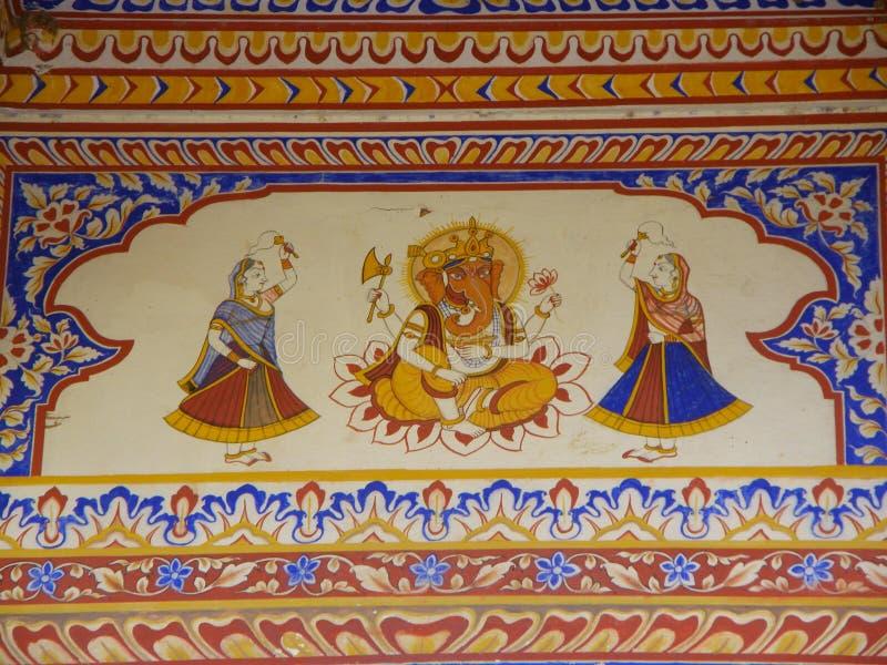 Couleurs lumineuses de Ganesha et de filles de danse, art de mur dans le vieux bâtiment du Ràjasthàn photo stock