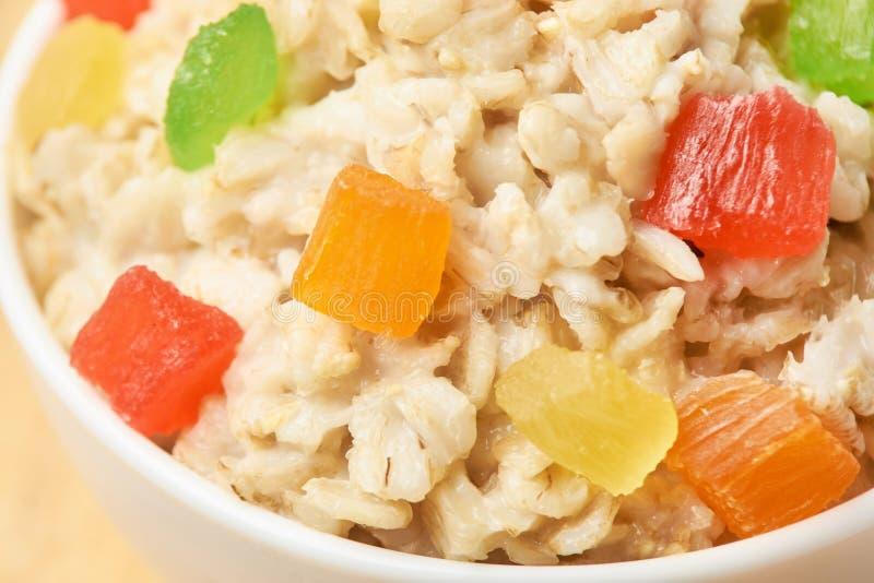 Couleurs lumineuses Farine d'avoine utile de petit déjeuner avec les fruits secs photographie stock
