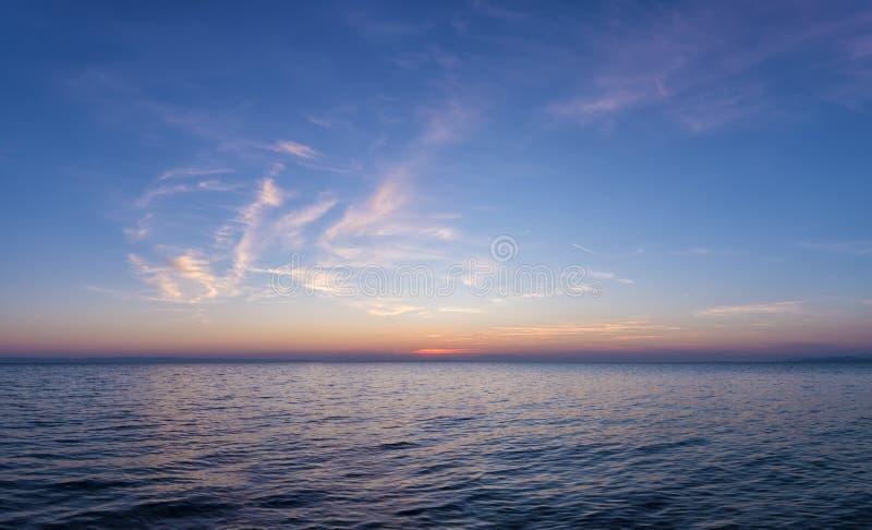 Couleurs magnifiques de mer et de ciel dans le crépuscule, Sithonia, Chalkidiki, Grèce photographie stock libre de droits