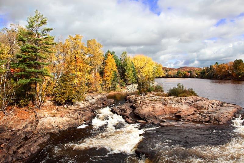Couleurs montantes en cascade de fleuve et d'automne images stock
