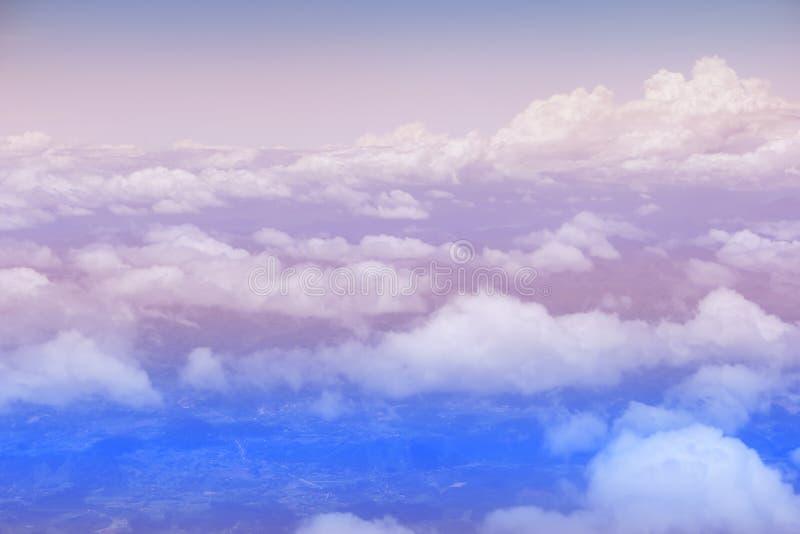 Couleurs roses et bleues de ciel Fond abstrait de ciel Coups courbes pris de l'avion Bleu en pastel doux photographie stock libre de droits