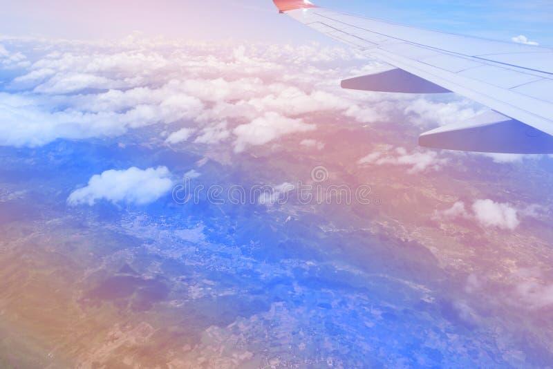 Couleurs roses et bleues de ciel Fond abstrait de ciel Coups courbes pris de l'avion Bleu en pastel doux image libre de droits