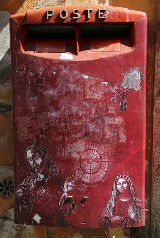 Couleurs rouges de belle boîte aux lettres traditionnelle, Rome, Italie photographie stock libre de droits