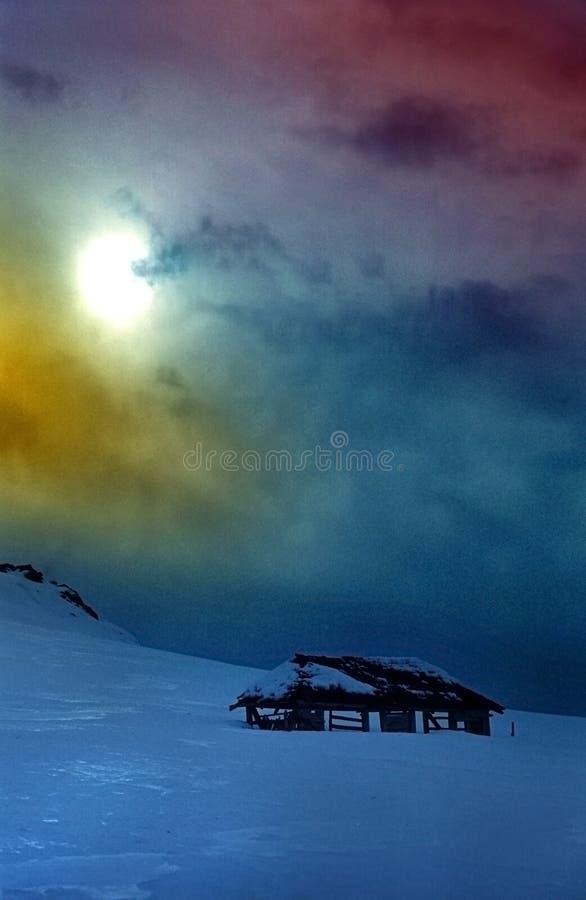 Couleurs spectaculaires de ciel en montagnes image stock