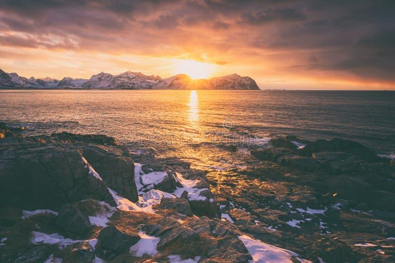 Couleurs stupéfiantes de coucher du soleil d'Atlantique nord, de paysage marin d'hiver avec l'océan, de littoral rocheux, de beau images stock