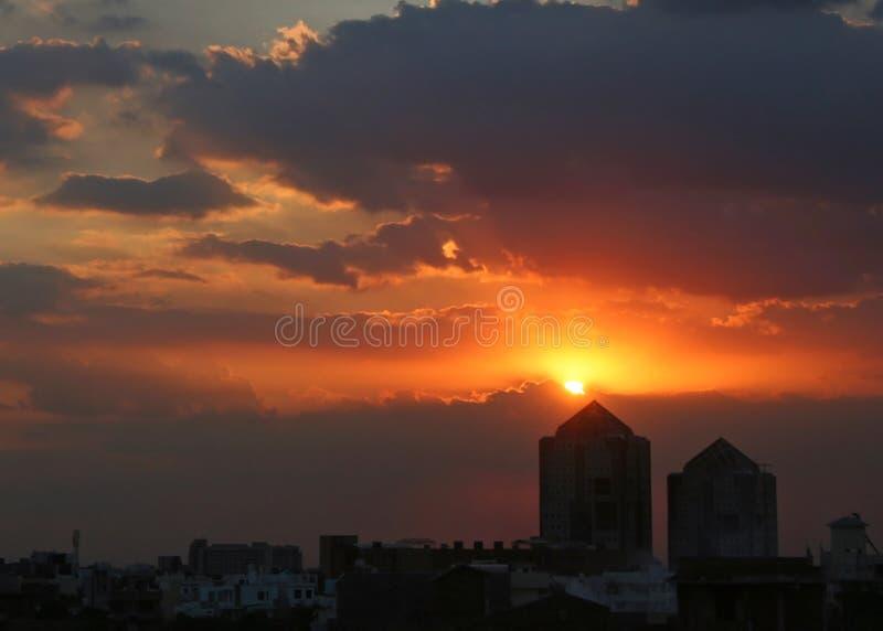 Couleurs vives de lever de soleil de coucher du soleil dans Gurgaon Haryana Inde image stock