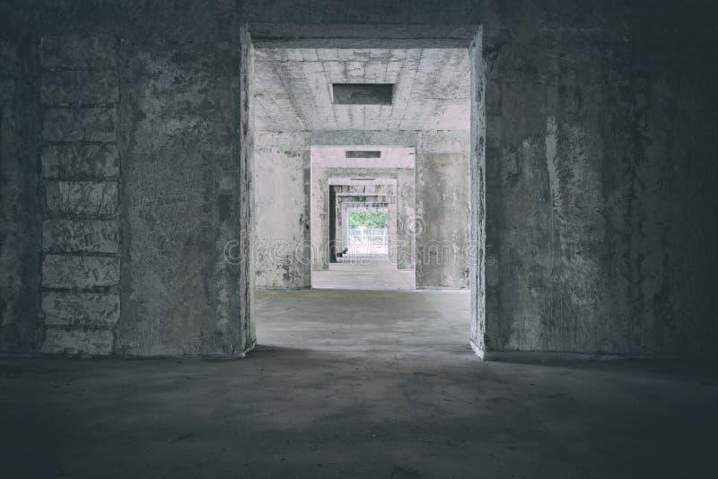 Couloir abandonné de vieil hôtel en Slovaquie Urbex Couloir rampant avec la vignette Lumière à l'extrémité du tunnel Fantasmagori image libre de droits