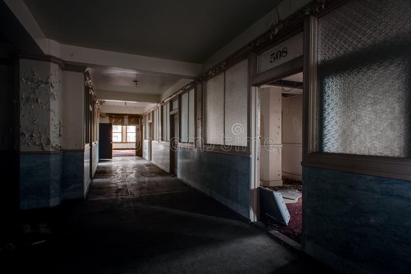 Couloir abandonné et bureaux - bâtiment abandonné de Stambaugh - Youngstown, Ohio images libres de droits